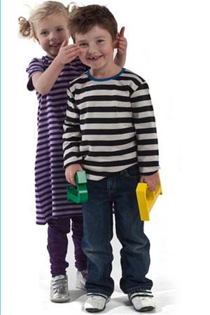 Produktfoto af børnetøj og glade børn. fotograferet til Kvivkly ( AdMad grafisk studie i Birkerød )