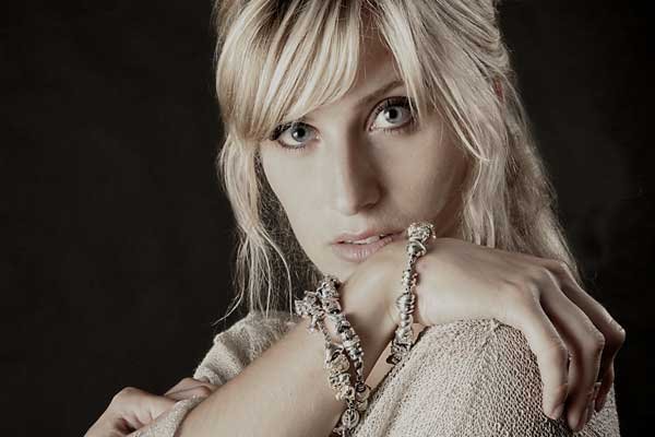Portrætfoto af model for Chanti smykker